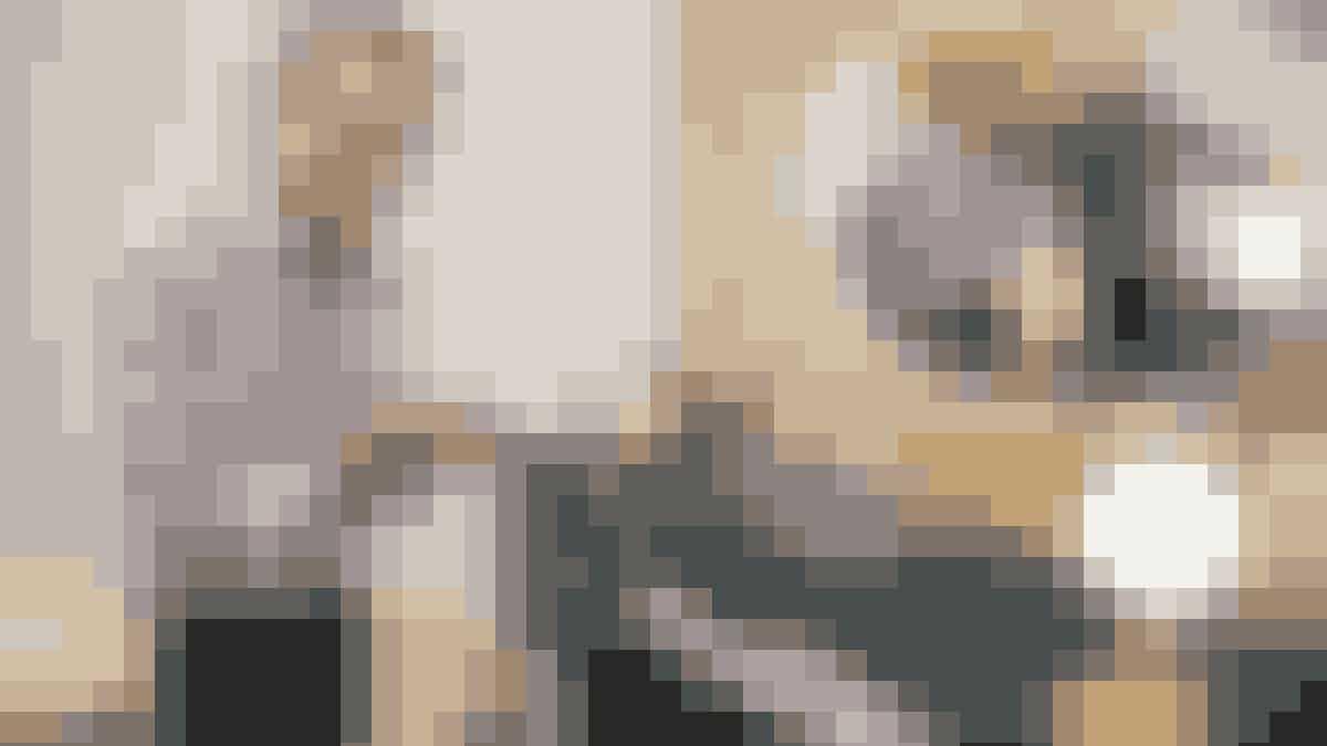 Den elegante mørkeblå, italienske lak-skænk er både Ole og Laurences favoritmøbel i huset. Faktisk er glasvæggen skabt efter skænkens mål. I skufferne gemmer sig to store amerikanske spise- og kaffestel samt et George Jensen sølvbestik; alt sammen noget, som parret købte sammen for over 30 år siden.