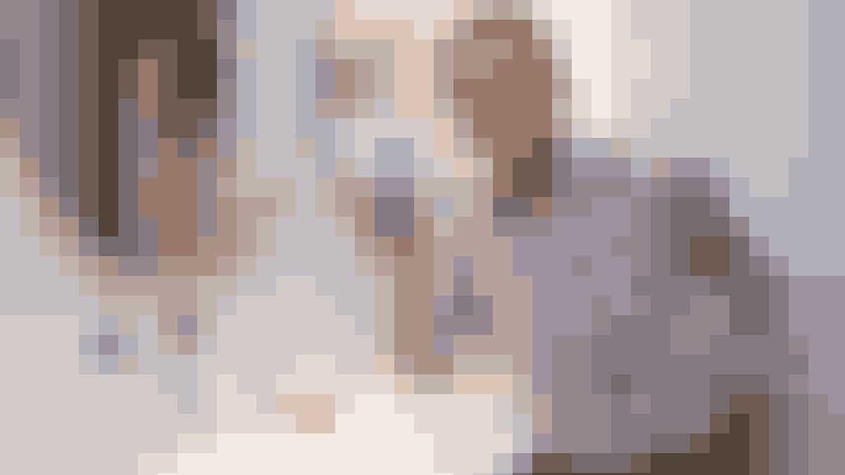 Tre badeværelser har Laurence designet i lejligheden med smukke, grå sildebensparketfliser på gulvet og skabe og skuffer i lyse, skandinaviske træsorter og farver. På hylderne står selvfølgelig Oles egne hudpleje-produkter.