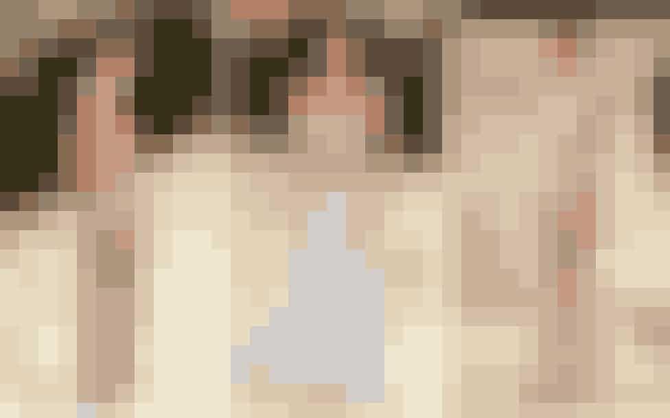 Efter halvandet år i Corona-tilstand og sweatsuits forstår vi godt lysten til at gå all-in. Og gerne på Kendall Jenner, Zoë Kravitz og Imaan Hammam-måden. De tre smukke kvinder var alle iført en gennemsigtig drøm af en kjole, som blev en af aftenens store trends på den røde løber.Kendall Jenner i en drøm af en skræddersyet og helt kropsnær Givenchy-kjole med krystaller, Zoë Kravitz i en diamant-besat og net-inspireret Saint Laurent-kjole og Imaan Hammam i en stjernebesat vintage slip-kjole fra Atelier Versace.