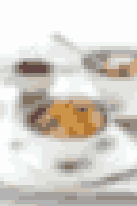 """Den """"sunde"""" morgenskål:3 dl havre-, byg- eller spelt grød på vand med friskrevet æble, 5 hakkede mandler og lidt kanel.Høj mæthedsværdi pga. de mange fibre fra den grove grøden, men samtidig også et bastant måltid med et højt indhold af kulhydrat både fra frugt og grød, men dog også et relativt lavt proteinindhold.Pssst… hvis du er på farten har 'Grød' udviklet to forskellige slags økologisk havre-byggrød i samarbejde med 7/11, som du kan have med på farten - se mere her."""
