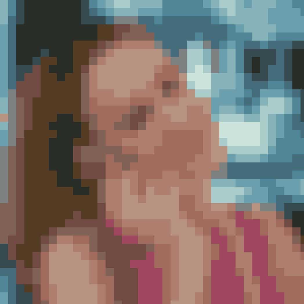 """Carrie Bradshaw: Elskede (og også lidt hadede) Carrie Bradshaw, der i 2020 fylder 54 år, er blevet chefredaktør på Vogue, og hun er altså endelig sluppet af med Enid, som hun overtog posten fra. Hendes skosamling er stadig mindblowing, og der faktisk også sneget sig et par sneakers ind i blandt. På trods af det forbudte kys imellem Carrie og Aidan i den sidste film er hendes BIG love stadig John James Preston, for""""it wasn't logic, it was love"""", og det giver os stadig sommerfugle i maven at tænke på den stormfulde og nervepirrende rutsjebanetur, vi alle var vidne til igennem SATC-æraen. En kærlighedshistorie, Carrie selvfølgelig har skrevet en bog om, som i øvrigt er blevet hyldet på New York Times' Bestseller-liste. Selv om det selvfølgelig er blevet populært at sælge ud af sit klædeskab, og Big ofte opfordrer hende til at gøre det samme, holder Carrie stadig et fast greb om alt indholdet i walk-in-skabet, for du husker nok skænderiet med Aidan (""""Oh shut up, it's Roberto Cavalli,I threw it away and I love it""""), og det gider ingen jo ud i igen... Parret bor selvfølgelig stadig på Manhattan, og Mr. Big er fortsat en stor kanon i finansverden. Han var faktisk bl.a. med til at starte LinkedIn og har siden tjent big bucks derigennem."""
