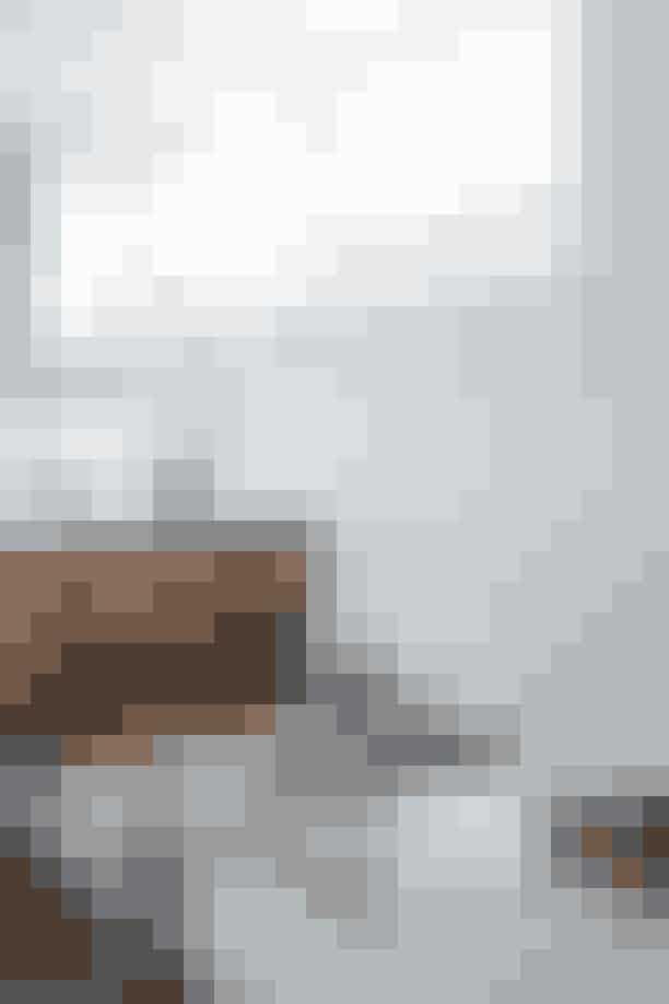Et badeværelse der indbyder til mange timers afslapning. Badeværelsesmøbel, Garde Hvalsøe, pris på forspørgsel.'HK'-bonbonniere, Georg Jensen, 1.199 kr. Kan købes her Håndsæbe, Aésop, 265 kr. Kan købes herDuftlys, Mad et Lens hos Oliver Gustav, 685 kr. Kan købes her