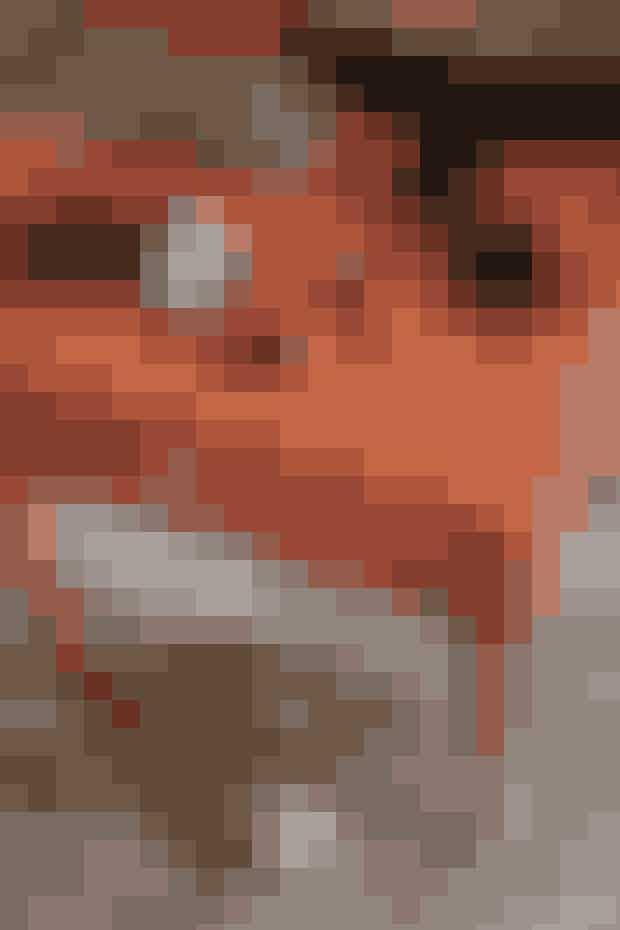 Fordi Helenes tøjstil er meget minimalistisk og holdt i underspillede nuancer, kan hun godt lide, at hendes accessories glimter lidt – som f.eks. de store solbriller fra Pared og de festlige guld-peeptoes fra Pura Lopez. Sengebordet er fra Tapet-Cafes møbelkollektion.