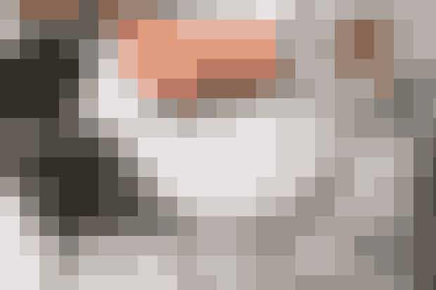 Ved det runde Poul Kjærholm- marmorbord i stuen sidder Helene ofte et par timer og arbejder med sine prøver til tekstiler og tapeter, inden hun tager på kontoret. Stolene, der er fundet på en Bruun Rasmussen-auktion, blev i sin tid ompolstret, men Helene vil gerne have dem ombetrukket igen – denne gang med et tykt vævet sort stof. Skulpturen 'Pour' skabt af kunstnergruppen A Kassen fik Helene af sin mand i 40-års fødselsdagsgave.
