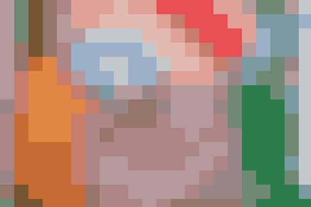 Trine er vild med Gannis 'The Julliard Mohair Pullover' og har den derfor i mange farver (som her den multifarvede, den orange og den stribede). Den grønne cardigan er fra Gestuz.