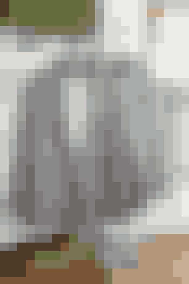 En af Trines laster er jakker – og det er upraktisk, fordi især vinterjakker fylder så meget i skabet. De herreinspirerede blazere (her fra hhv. Heartmade og Designers Remix) bruger hun gerne med matchende bukser, nederdel eller jeans. Og helst tilsat et par feminine sko – som f.eks. disse slingbacks fra hhv. By Far (t.v.) og Prada.