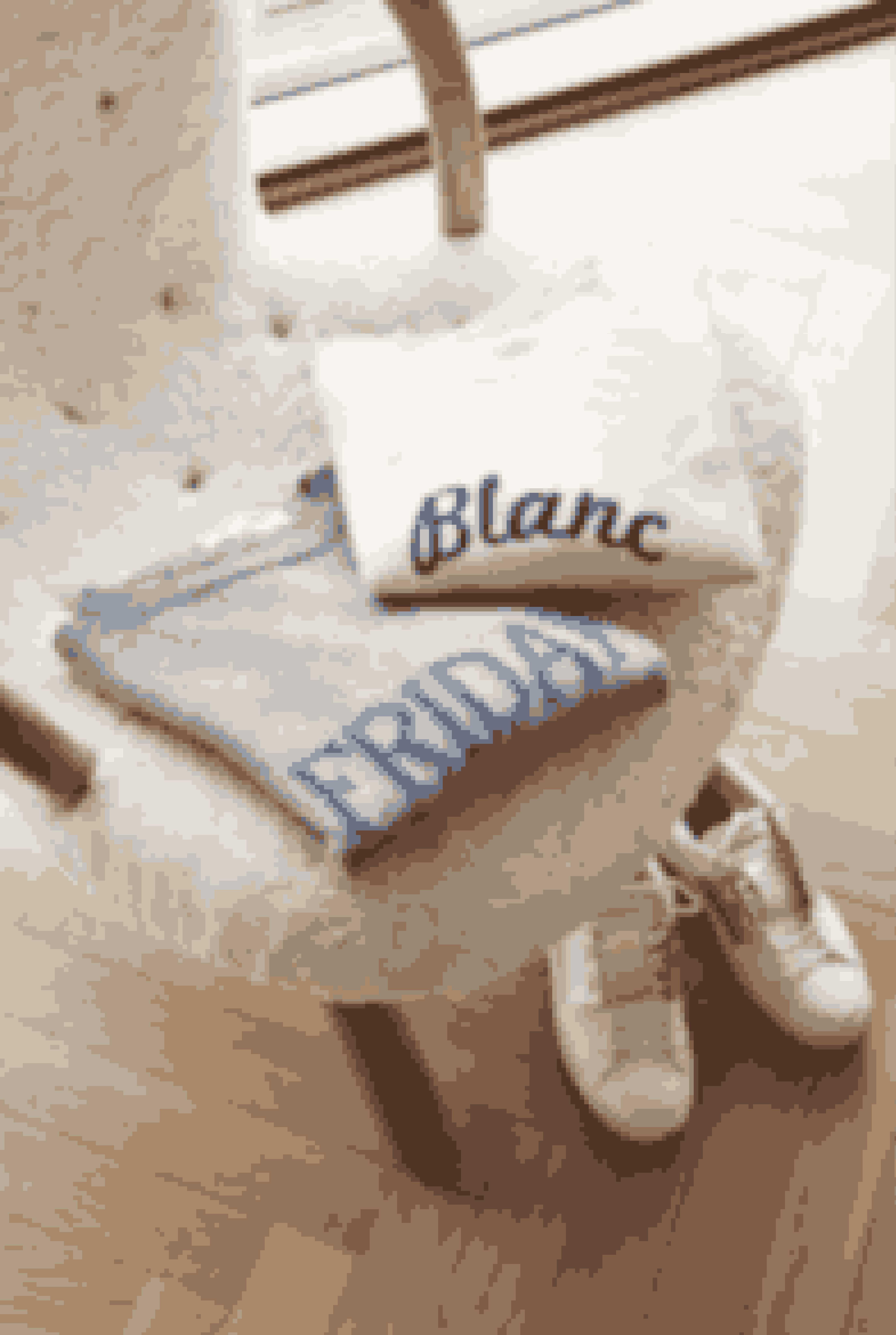 Blødt i blødt; Karina er glad for kashmir og især disse to sweatre fra hhv. Alberta Ferretti og Loft. pga. deres statements. 'Muslingestolen' af Philip Arctander er købt hos Paustian, og de hvide lædersneakers er fra Valentino.