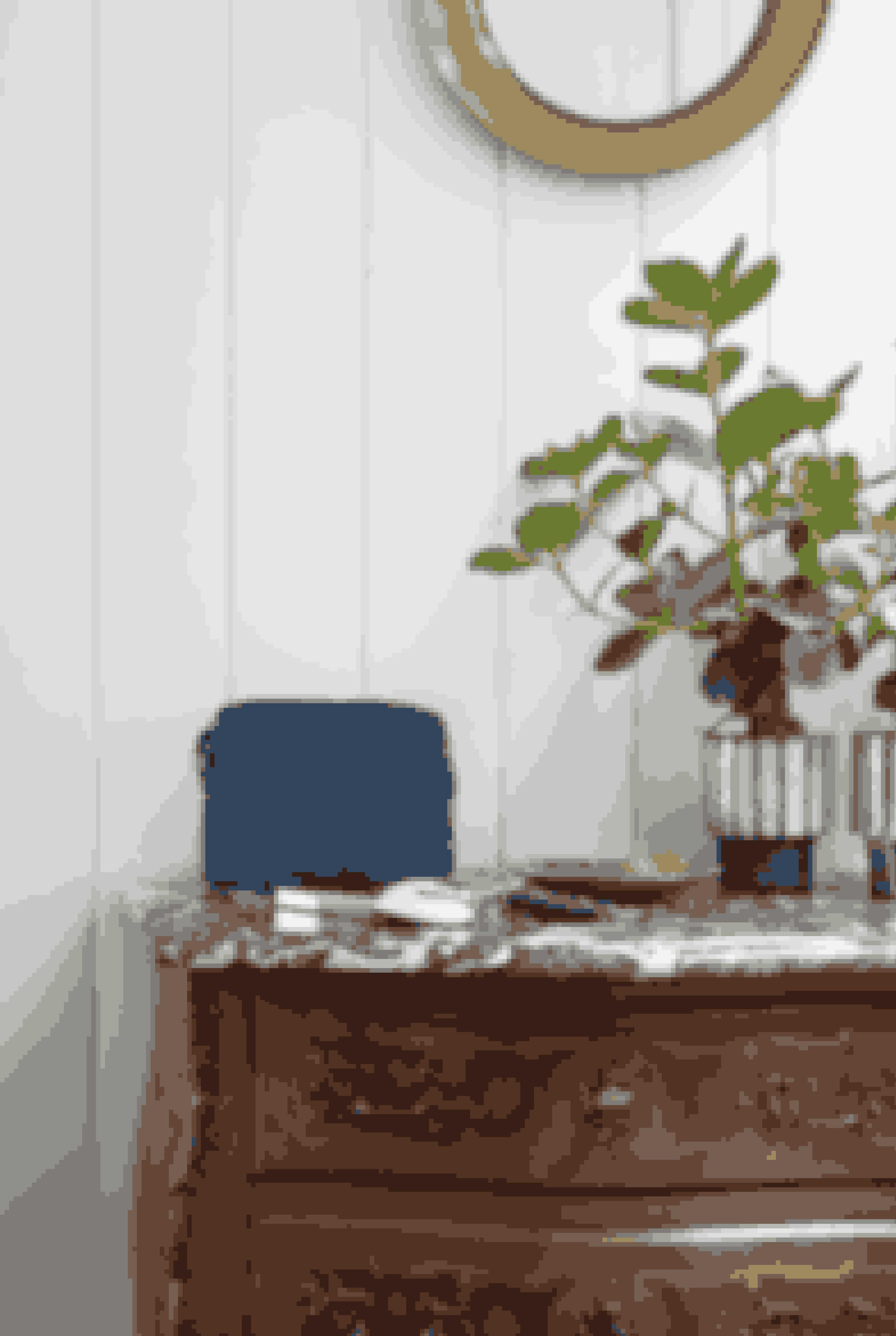 Barokkommoden i entreen, der er fundet på Lauritz.com, er en af de ting, Karina har købt, fordi den var 'grim' og altså stikker af ift. det øvrige klassiske interiør. Den blå ruskindsmakeuppung er fra Decadent, og urtepotteskjulerne er købt i Istanbul, hvor hun ofte rejser til, fordi det er der, Decadent-taskerne bliver produceret.