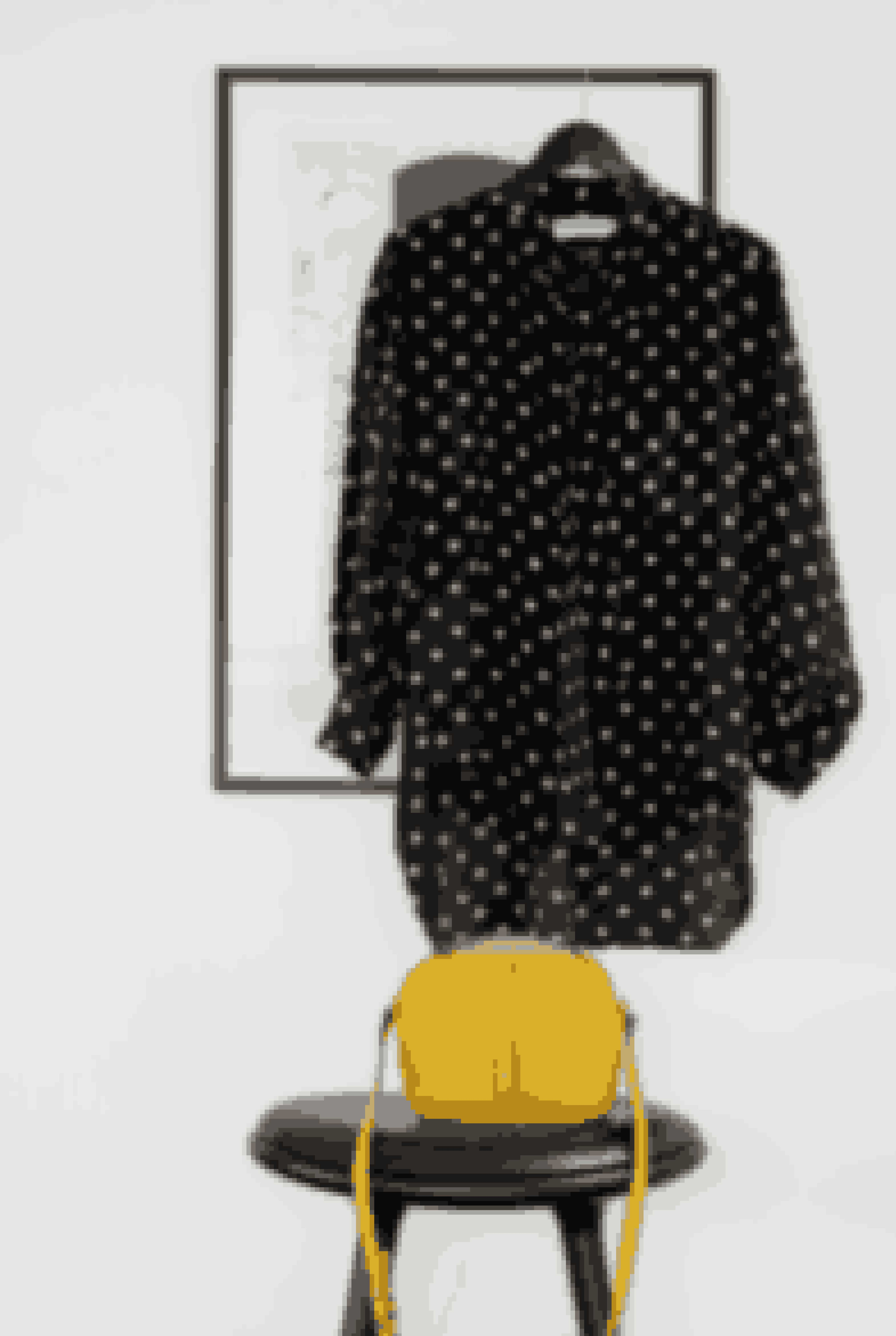 Den gule skuldertaske fra Decadent, der står på den høje Mater-skammel, er en favorit, som bliver brugt hver dag. Silkeskjorten er en gammel favorit fra Balenciaga.