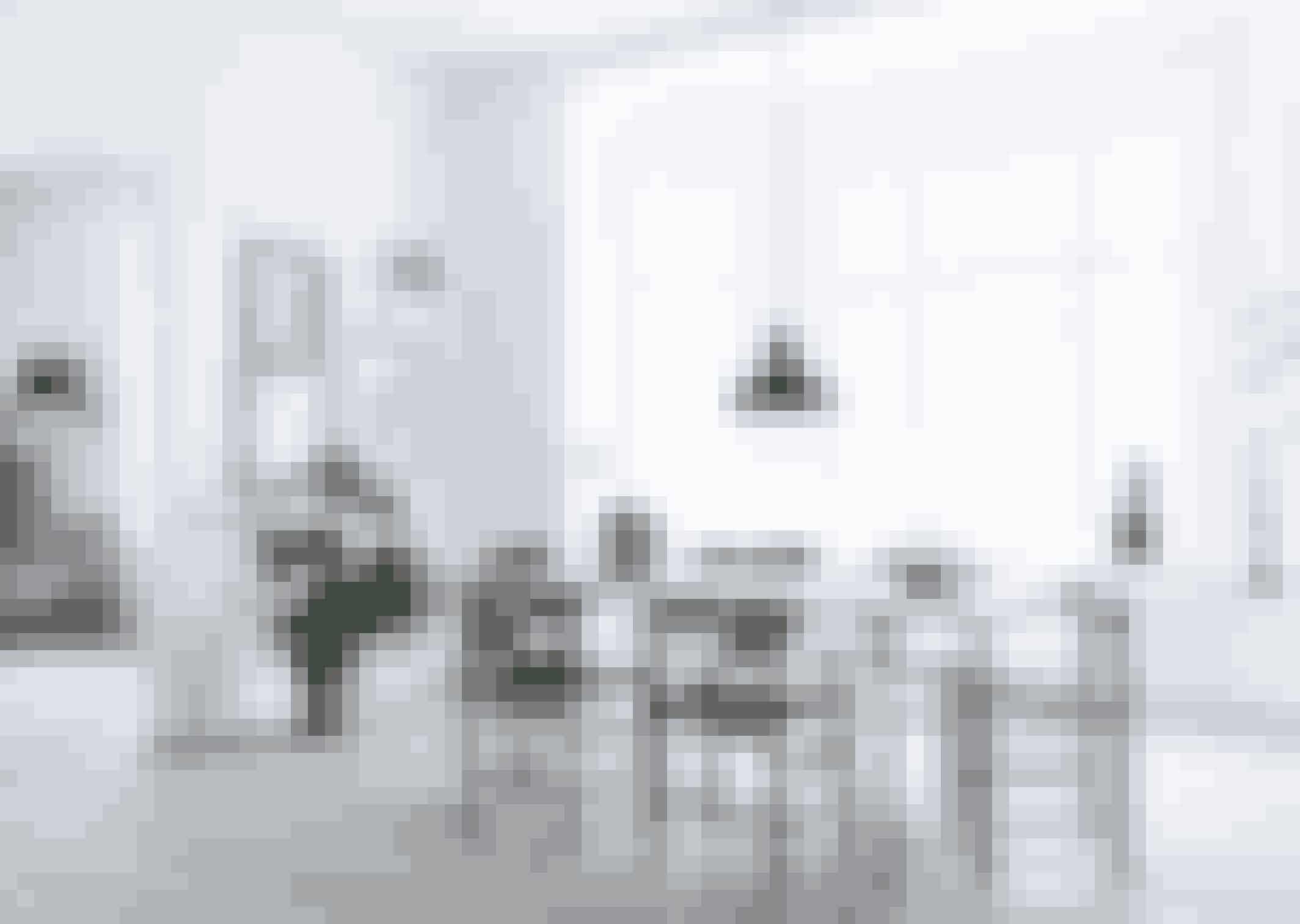 Der er plads til både familie og gæster rundt om det gamle tegnebord i spisestuen. Stolene er en blanding af Børge Mogensens Folkestol i asketræ og Arne Jacobsens 7'er-stole, der er fundet brugt og har fået en gang sort lak. Pendlen fra Louis Poulsen er ligeledes fundet brugt.