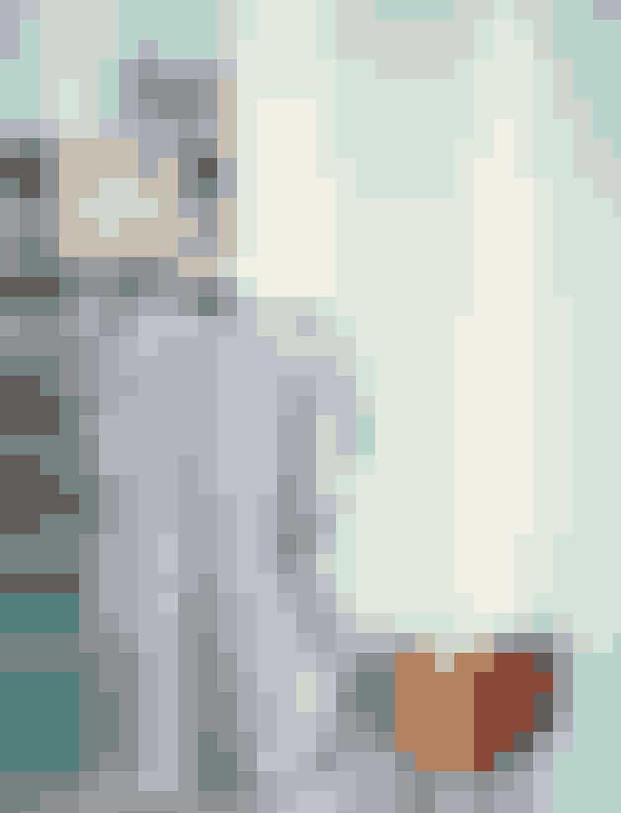 Kjolen er faktisk lavet ud af to tørklæder, som Helene har designet, og som Simone så har syet sammen og døbt 'den firkantede kjole'. Tørklæderne er oprindeligt tænkt til, at man kan rulle dem sammen og bære vin i dem. Helenes mand, Iakob Scherbeck, dyrker nemlig vin i Toscana, som bl.a. sælges via Dronninggård Vinimport.
