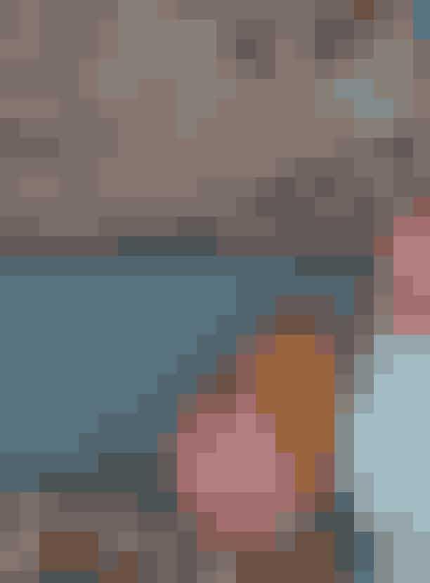 I juletiden finder du ikke musetrapper og uldnisser hjemme hos Barbara Husted Werner - til gengæld finder du masser af velkurateret og anderlerdes julepynt, der passer fint ind i boligens øvrige interiør. Guirelanden emd julekugler er fundet på et loppemarked, glasskulpturerne er John Kørners 'Problemer' og maleriet er af Toru Kuwakubo.