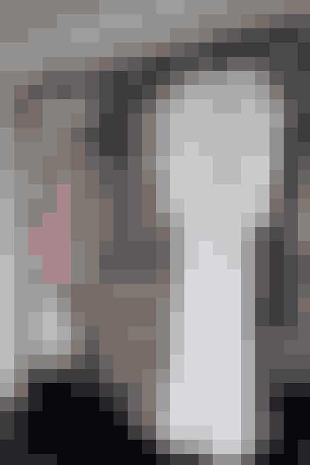 Fordi Bibi godt kan lide at kigge på sit tøj, har hun valgt at have det i et glasskab tegnet af arkitekt Søren Borg. Den multifarvede kjole er fra Peter Pilotto, mens den lyse er fra et nyt mærke hos Holly Golightly, Horror Vacui, der laver håndsyede kjoler af Libertystf inspirert af det allerførste nattøj, der blev lavet til kvinder.
