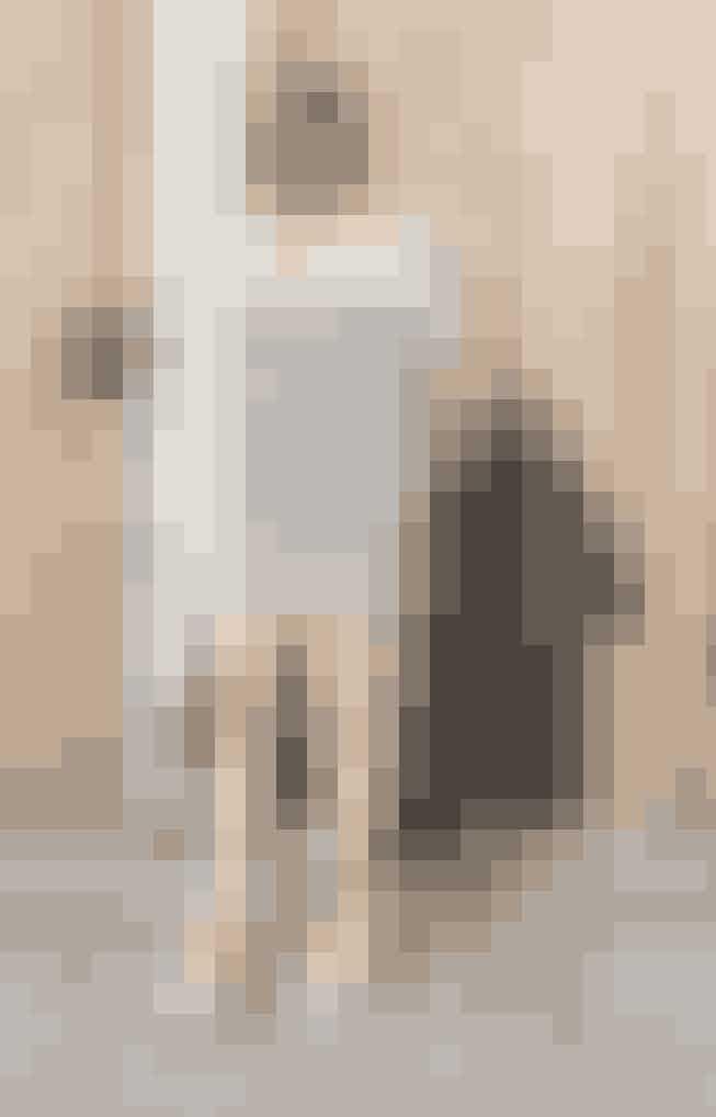 Den ærkefranske garderobe indeholder ikke just print og pangfarver, men striber er uundgåelige og helst i sort-hvid eller hvid og marine, der passer til alt. Du kommer ikke uden om den klassiske langærmede sømandsbluse, men striberne gør sig lige så godt på en kjole. Shop breton-striber online her