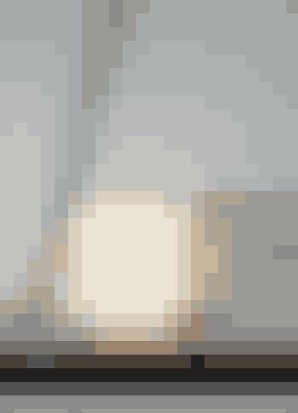 Arje Griegsts 'Konkylie'-flødekande, der mangler låget, har As fået foræret af sin svigerinde, mens hendes svoger, kunstneren Eske Kath, har givet hende maleriet. Lampen fra Le Deun er købt hos The Apartment.