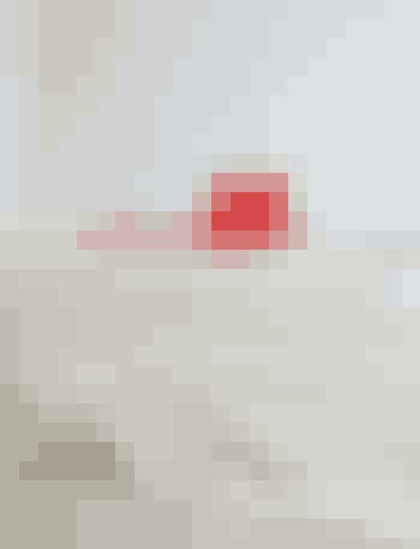 """'Mini Triangle'-taske, Aesther Ekme, 3.100 kroner""""Det danske taskebrand Aesther Ekme er forholdsvis nyt, og minimalismen er i højsædet. Jeg er faldet for denne røde skønhed – fordi enhver kvinde bør have en rød taske i skabet (og på armen!)""""."""