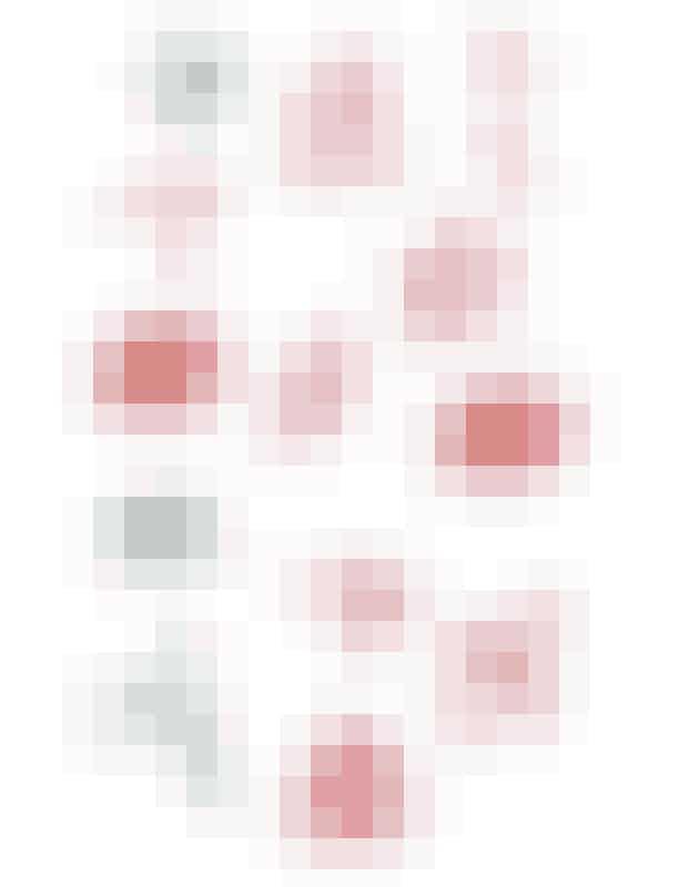 Chanel-emojis!Dette forår lancerede modehuset Chanel deres version af de famøse emojis. En samling der indeholder de fineste illustrationer holdt i lyse pastelfarver pyntet med Chanels ikoniske logo. I den fine emoji-samling finder du alt fra en lyserød Chanel kaffekop til et Chanel-fly, og de små ikoner vil med sikkerhed vil få enhver fashionistas hjerte til at banke lidt hurtigere.Chanel lancerede deres bud på de mest essentielle emojis i kølvandet på et vellykket modeshow til Paris Fashion Week februar 2017. Merci Chanel!Find de cute Chanel-emojis lige her!