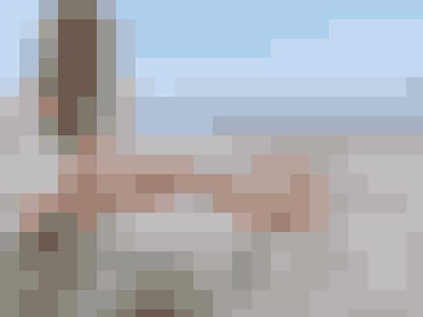 Amager StrandparkI 2005 fik Strandparken en 2 km lang, smuk og kunstig ø, der udgør en lavvandet lagune, som har detperfekte badeområde for børn. På den anden side mod Øresund, ligger en smuk sandstrand med både klitter og en flot udsigt mod Øresundsbroen.Strandparken ligger tæt på København, og parkens vilde udbud af forskellige aktiviteter og områder til boldspil, gør den til en perfekt strand at besøge med venner og familie i løbet af den danske sommer.