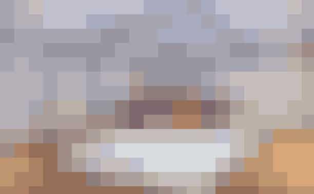 AmsterdamHvad: Fashioned for Good Experience MuseumHvor: Fashioned for Good Experience, AmsterdamHvornår: Alle dage (fri entré) - fast udstillingOm udstillingen:Hvis du er vild med bæredygtig mode, skal du sætte kursen mod Amsterdam, hvor Fashioned for the Good Experience ligger. Det er ikke blot en udstilling, men et helt museum udelukkende fokuseret på bæredygtig mode. Den faste udstilling består af interaktive installationer og alle objekter, der er udstillet bidrager til 'The Five Goods', der er de krav, der skal opfyldes, for at et design kan kaldes for bæredygtigt. De fem elementer er god økonomi, godt vand, gode liv, god energi og gode materialer - og dette forklares på museet. Efter et besøg på museet, vil du være meget klogere på, hvordan dit tøj er produceret, hvordan du bliver en kritisk forbruger og selv kan gøre en forskel - og ikke mindst hvilke nye og innovative løsninger, der er sat i værk for at gøre modeindustriens miljøaftryk bedre.