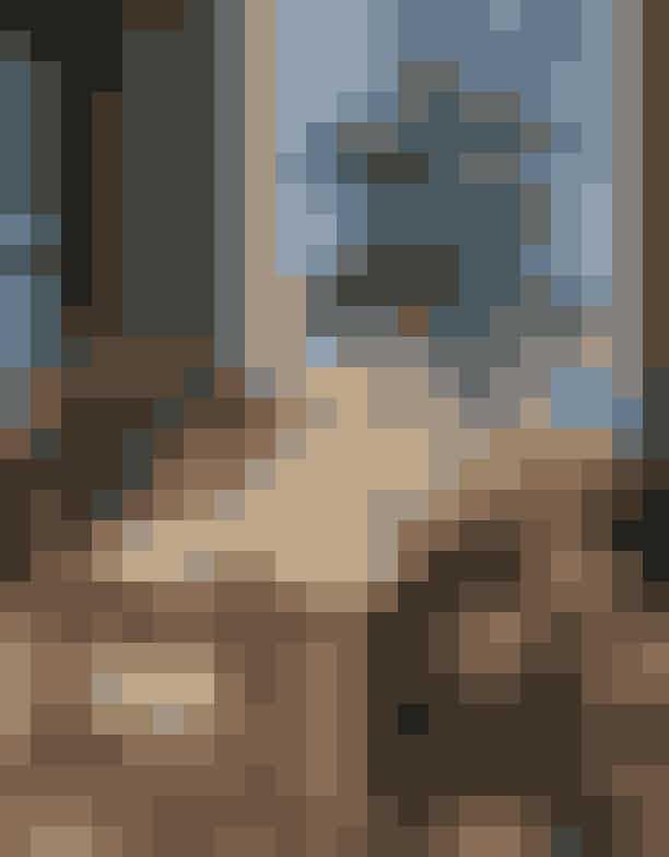 Andreas Kaas, Solist i Den Kongelige Ballet'Et øjebliks nærvær'Andreas' bord bærer både præg af livet som balletdanser, såvel som livet som 24-årig. Hans juleunivers er uhøjtideligt; bordet er dækket med forskellige stel og et miks af stole og skamler af blandt andet Wegner og Piet Hein Eek – præcis som det kunne se ud i hans egen lejlighed. På bordet står blandt andet Blå Riflet og Riflet Signatur, samt Hvid og Blå Elements.