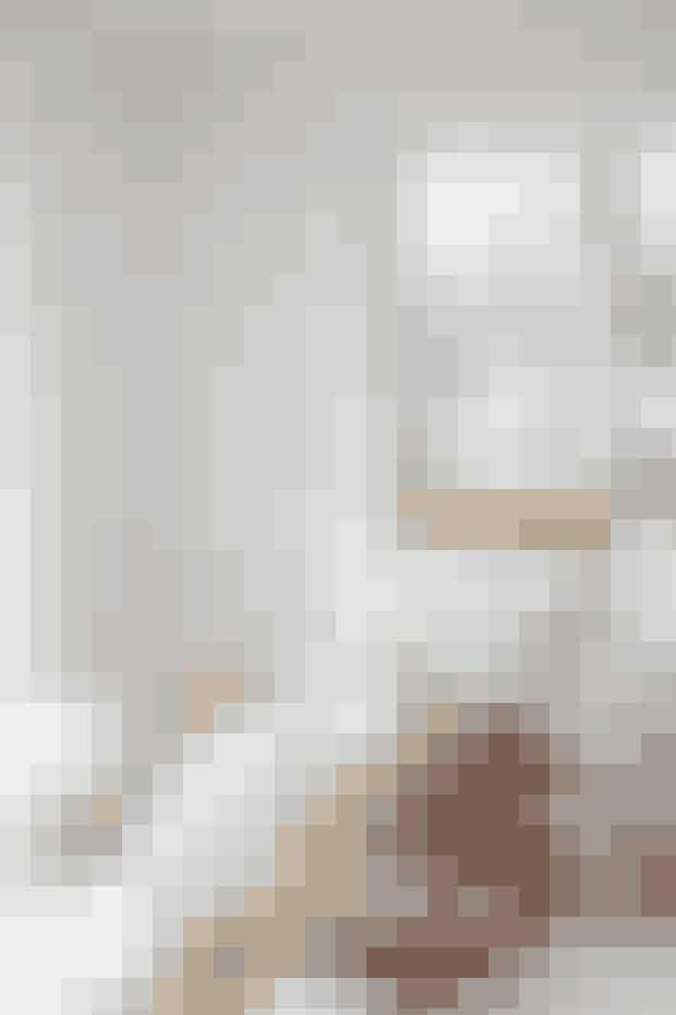 En af sommerhusets hyggekroge: For Anne-Dorthe er en gyngestol indbegrebet af sommerhus, og denne af Børge Mogensen er fundet på Lauritz.com. Det pastelgule sengetøj er fra Tekla – Anne-Dorthe synes, man sover bedre i sengetøj af god kvalitet. Lampen er af Isamu Noguchi.