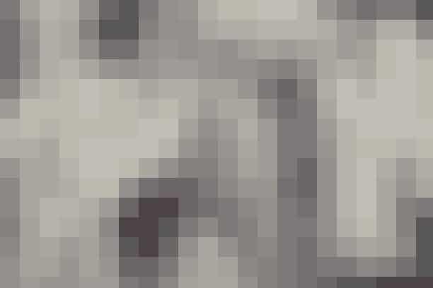 CECILIE BAHNSEN // DrømmestofCecilie Bahnsen fortsætter med at udvikle sit fuldkommen bedårende udtryk inden for en ramme, der stadig er snæver og helt hendes egen. I en rå og nøgen hal på Amager til teatralsk-dramatisk elektropop sendte Cecilie Bahnsen små klynger af farvekoordinerede modeller ud på samme tid og effekten var som altid 'wauw'. Bare 'wauw'.