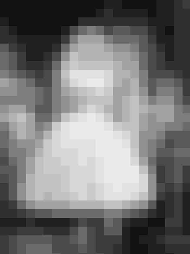 Givenchy i Funny FaceSelvom det ikke er første gang, Hubert de Givenchy nævnes, ville det næsten være blasfemi ikke at inkludere hans designs til 1957'er-hittet, 'Funny Face'. Mange af kjolerne i filmen var designet af kostumedesignere, Edith Head, men det er hr. Givenchy, der står bag de ikoniske looks som brudekjolen, den røde stropløse aftenkjole samt den gule blomsterkjole.