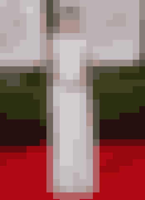 1. Den hvide maxikjoleDet absolut største no-go, når det kommer til gæsternes påklædning, er den gulvlange hvide kjole. Hvis du skulle være i tvivl, så er det aldrig nogensinde en god idé at påklæde sig noget, der kunne minde det mindste om en brudekjole. Bruden (og nok også flertallet af gæsterne) vil opfatte det som direkte ondskab, hvis du tropper op i en hvid maxikjole til et bryllup. Som hovedregel må der kun være én hvid kjole til et bryllup, og det er brudens.