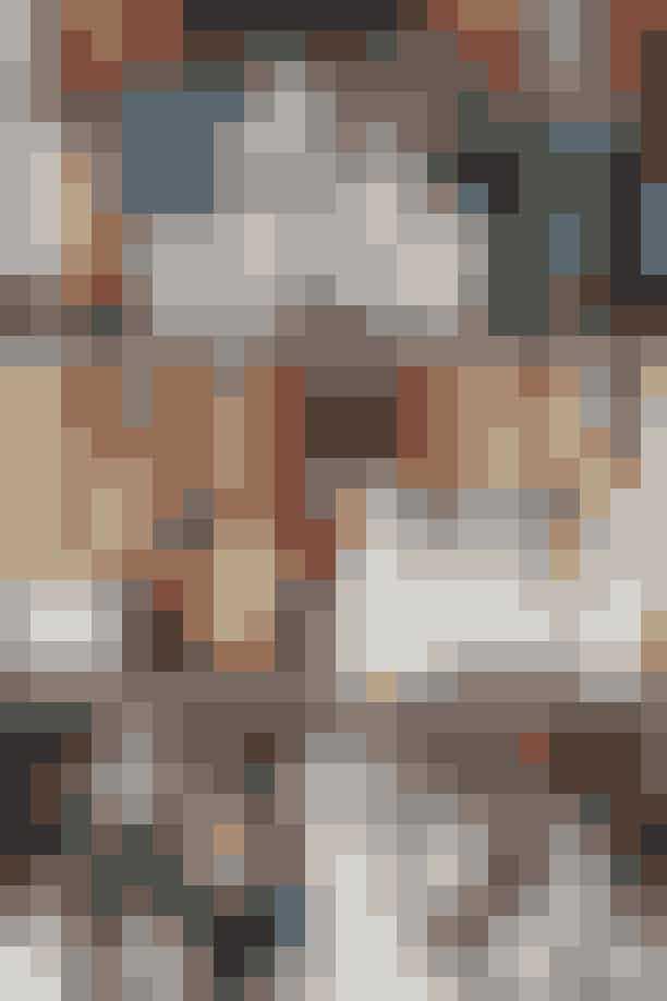 FamilieportrættetMeghan Markle og Prins Harrys officielle bryllupsbillede er traditionen tro et portræt af hele familien.I 1981 poserede Charles og Diana med en stor gruppe royale familiemedlemmer rundt om sig. På Kate og Williams bryllupsbillede, der blev taget i tronsalen i Buckingham Palace, står alle familiemedlemmerne mere stift på række.Til Meghan Markle og Harrys familieportræt havde det nygifte par valgt en mere afslappet tilgang, a la Diana og Charles, med deres familie både stående og siddende rundt om dem – og med de mindste royale medlemmer siddende afslappet på gulvet.