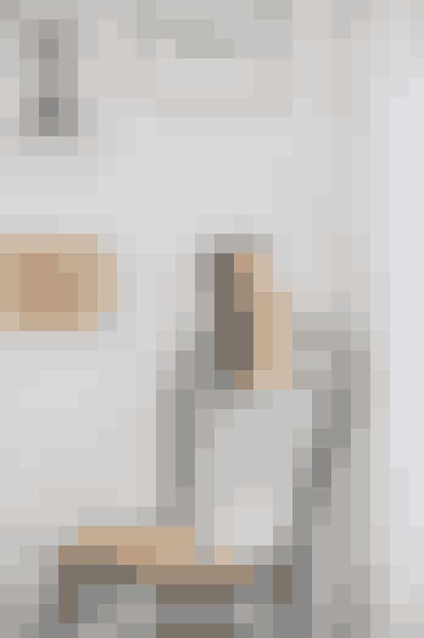 DE NYE 'GO-TO'-DESIGNEREDe sorte og creme-farvede støvletter er fra Petar Petrov, der er en ny designer, som jeg har fået øjnene op for. De hvide Maryam Nassir Zadeh-sandaler er megabehagelige at gå i og er til kvinden, der tør skille sig lidt ud, med sin hvide wedge-hæl og gennemsigtige plastikremme.