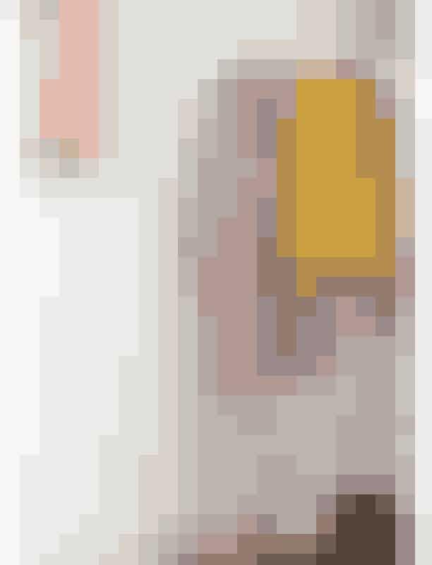 Cecilies seneste køb er den lyslilla uldfrakke fra Fwss. Den gule læderjakke er fra Soulland og er derfor egentlig en herremodel, men er købt i en størrelse small. Støvletterne er fra Kenzo og sneakersene fra Nike.