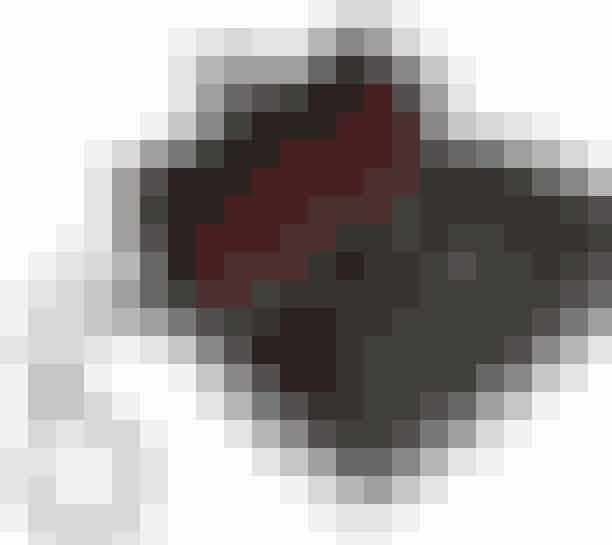 Single flap eller dobbelt flap Single flap eller dobbelt flaprefererertil hvor mange rum, der er inde i tasken. Traditionelt set er både 2.55 og Flap Bags født med dobbelt flap og altså to forskellige rum, der adskilles af en 'flap'. I en årrække blev Karls Flap Bag dog også produceret som single flap, der kun indeholdte ét rum, men den model laves ikke længere. Du kan dog med garanti finde den 'preloved'.