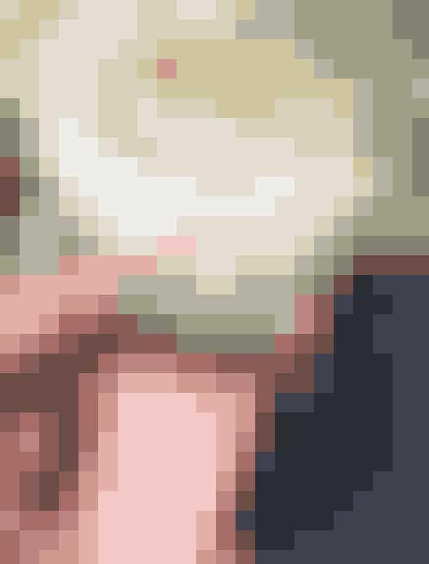 Cecilie HaugaardDen smukke mørkhårede model sagde ja til popdrengen Christoffer, da han i september 2018 friede til hende en søndag i Tisvilde. Christoffer samarbejde med juveler Brian Mouritsen om ringen, og resultatet består i tre separate ringe, der hver især symboliserer henholdsvis tro, håb og kærlighed. Centerringen, der består af den over 3 carat tunge diamant, symboliserer kærlighed, mens de to garderringe, som omgiver den, symboliserer tro og håb.Alle tre ringe, som modellen nu bærer, er kreeret i 18 kt. hvidguld af en af Europas bedste guldsmede.
