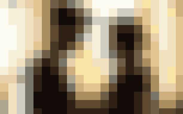 1. 'Fifty Shades of Grey' (2015)E. L. James bøger om den dominerende Christian Grey, den uskyldige Anastasia Steel og deres intense kærlighedsforhold solgte over 25 millioner eksemplarer mellem 2010 og 2019.Filmatiseringen af den første bog fik premiere i 2015, og havde Dakota Johnson og Jamie Dornan i hovedrollerne. Den blev dog ikke modtaget specielt godt, og blev ratet som 36% dårligere end E. L. James' første bog om kærlighedshistorien.'Fifty Shades of Grey' får derfor førstepladsen for værste film, baseret på en bog.