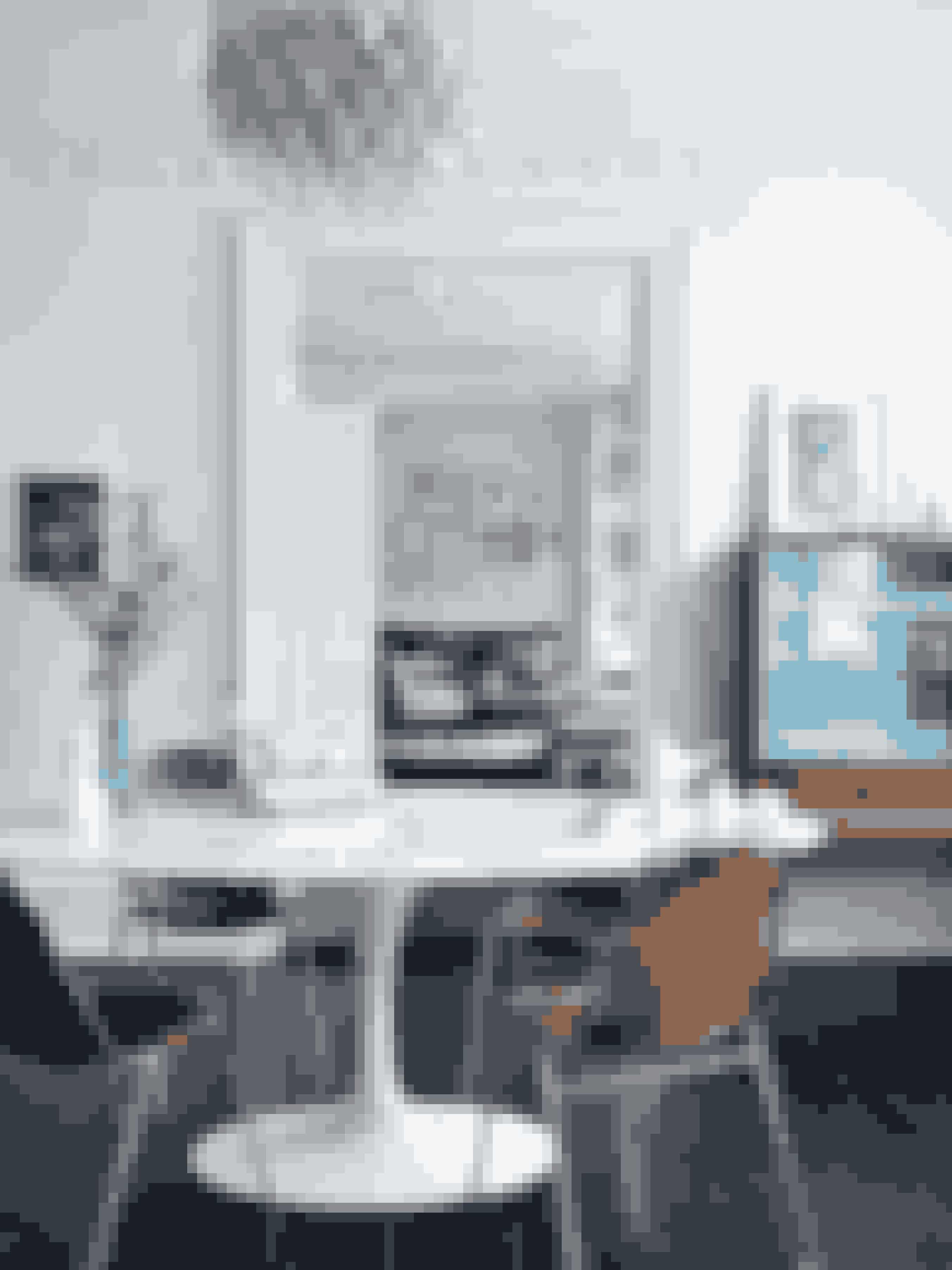 Soveværelset og de tre stuer ligger i forlængelse af hinanden, hvilket giver et smukt sammenhængende flow i lejligheden. Marmorbordet er formgivet af finske Eero Saarinen i 1957, mens stolene med lædersæder er designet af den franske arkitekt Charlotte Perriand. Heidis elskede testel i spinkelt porcelæn med inspiration fra konkylier af danske Arje Griegst for Royal Copenhagen er et sjældent samleobjekt. Lysekronen er et vintagefund.