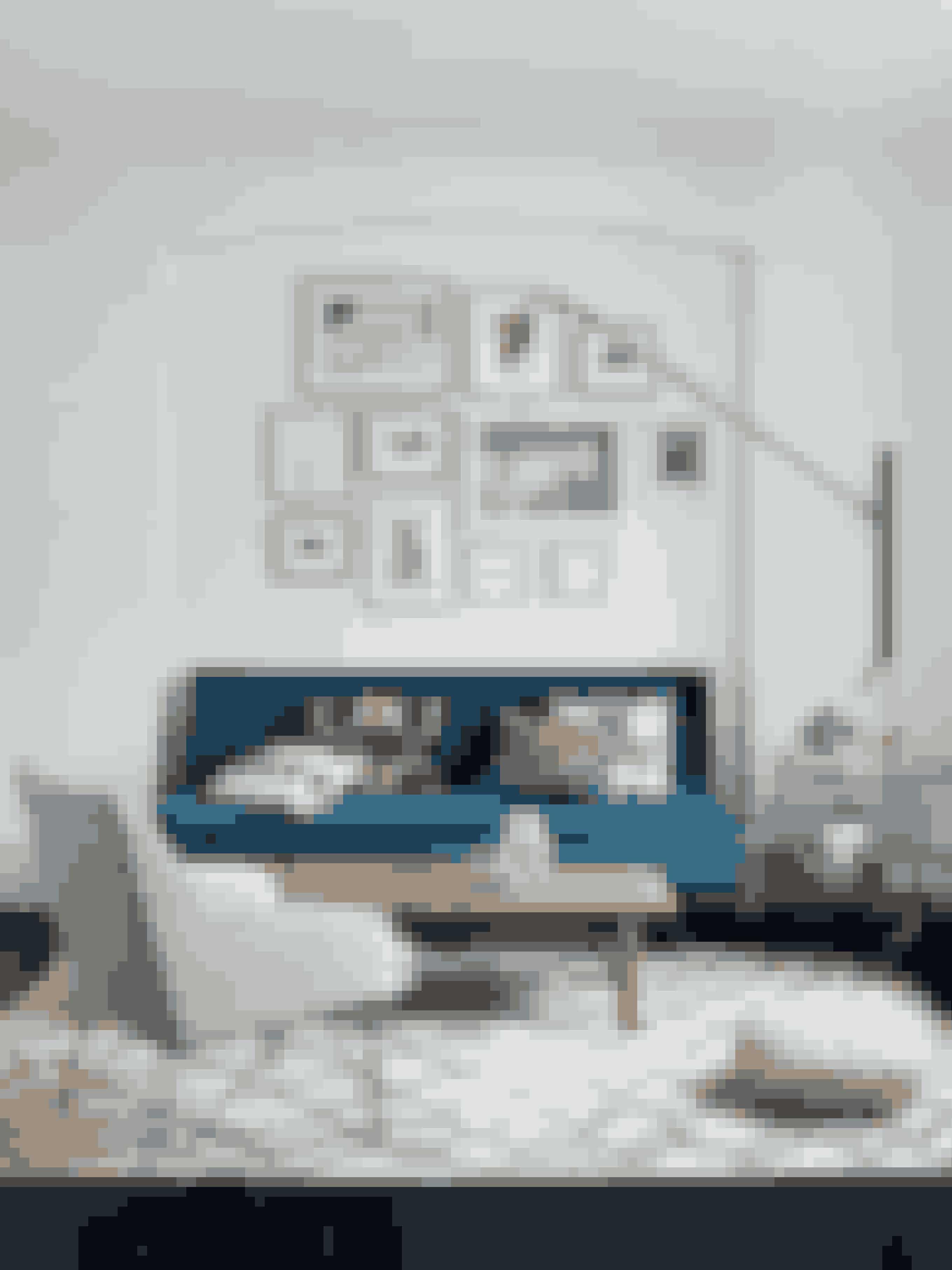 I stuen er sofaen et arvestykke fra Heidis bedsteforældre. Den er ombetrukket med velour fra Designer's Guild og fyldt med en samling puder fundet på rejser til Capri og Istanbul. Det elegante bakkebord er designet af Josef Frank i 1930'erne, mens lampen er af den franske arkitekt Jean Prouvé. Stolen betrukket med silke er fundet antikvarisk i London, og glaskuglen er købt ved et besøg i arkitekten Luis Barragáns hus i Mexico. Sofabordet, der i virkeligheden er en bænk, er designet af Børge Mogensen.