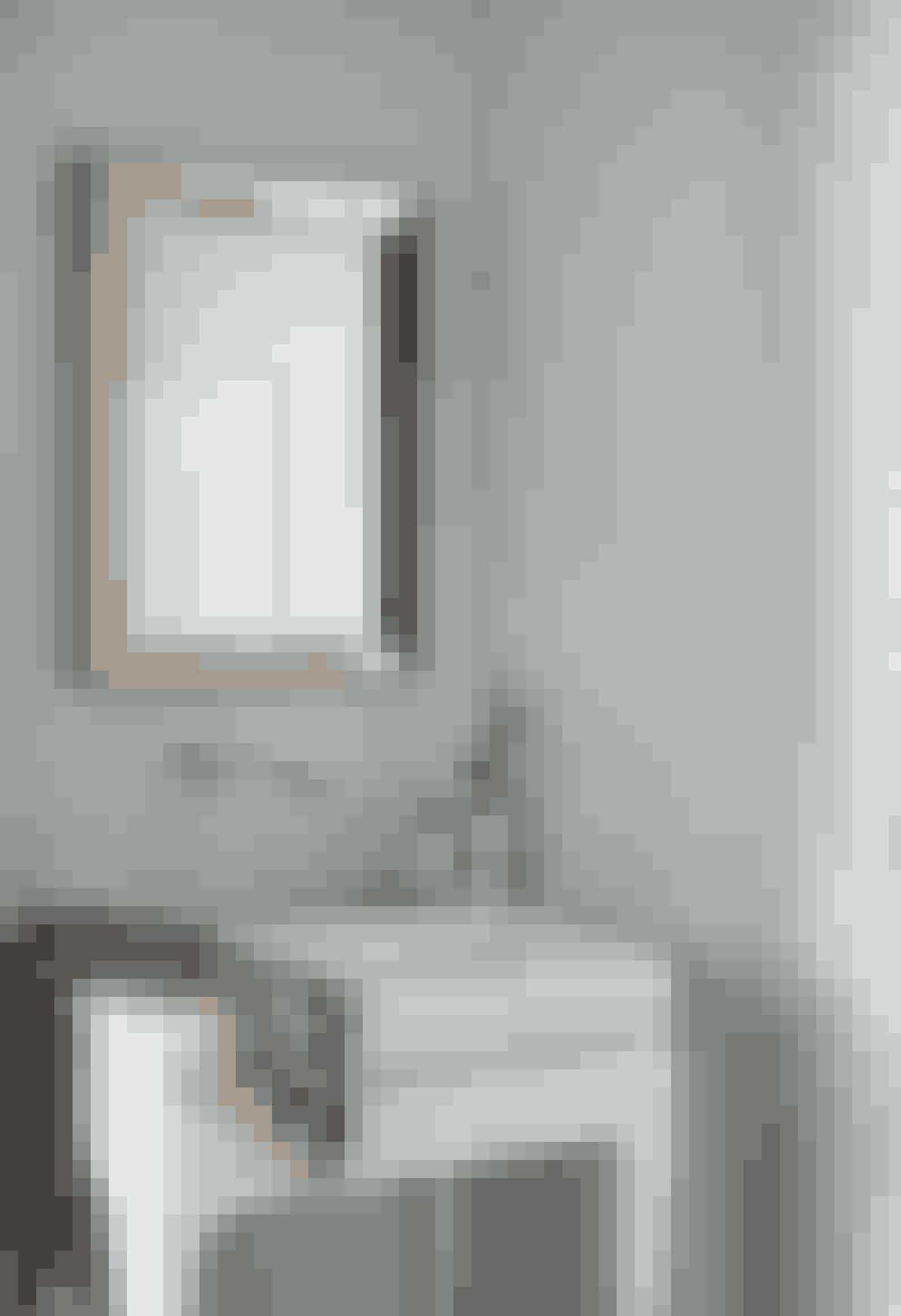 Badeværelset er lejlighedens mindste rum, og for at forenkle udtrykket er der brugt ens mosaikfliser på både gulv, vægge og loft. Vasken, der er integreret i et bord, er designet af Jaime Hayon for Architect. Spejlet er fundet på et loppemarked i Paris, og den japanske silkekimono er et vintagefund fra 1950'erne.