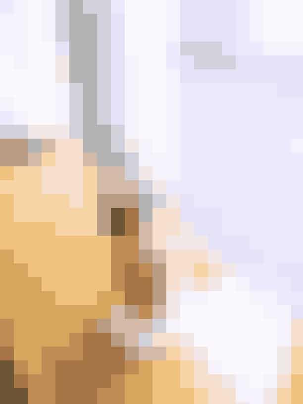 2. Summer CobblerDen næste er en høj cocktail, der går under navnet Summer Cobbler. Dette er en drink, man kan sidde og hygge sig med i længere tid, og så er det en let og nem drink, der serveres på is – en rigtig sommervinder! Her shaker vi appelsin, frisk citronsaft, Dolin Blanc vermouth, Fino & Olorosso Sherry og ananas shrub (se opskrift nederst). Typiske cobbler-drinks er pyntet ekstravagant, så vi pynter den med et par Maraschino kirsebær, appelsin, ananas, mynte og flormelis. Perfekt til sommeren!Opskrift:2.5cl Tio Pepe Fino Sherry2.5cl Dolin Blanc Vermouth1cl Olorosso Sherry1cl Luxardo Maraschino Liqueur1cl Ananas shrub1cl Citronsaft2 spray af Taffel Akvavit som pynt.Sådan gør du:Knus noget ananas og appelsin i bunden af en cocktailshaker. Og tilføj derefter de resterende ingredienser. Shake det hele godt og si det over et højt glas fyldt med is. Pynt, så den ser ekstravagant ud, med flormelis, kirsebær, appelsin, mynte og ananas.Ananas Shrub:Skær 1kg ananas i tern og lig det ned i en krukke. Tilføj 1kg sukker og 20g pink peberkorn.Lad det ligge i to dage og lad sukkeren nedbryde ananassen naturligt til en flydende form.Si væsken fra og mix 5:1 med champagne vinegar (f.eks. 50cl ananas til 10cl shampagne vinegar).
