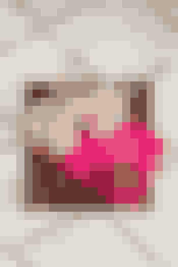 På Charlottes natbord står en 'Lip Mask' fra Henné og en 'Sleep Tight Rejuvenating Face Balm' fra Amly, der begge er produkter, hun også sagtens kan finde på at bruge om dagen. Sovemasken med print af Helene Blanche er fra Charlottes eget mærke, I Love Beauty.