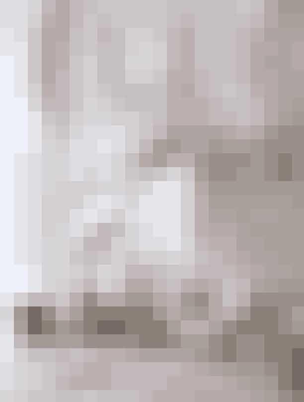 Denne måned får du det nye ELLE Decoration med i købet, der er fyldt med alt det lækre, der skaber den rette, balancerede julestemning i dit hjem. Vi besøger bl.a. tekstildesigner Helene Blanche og kigger indenfor i hendes dekadente julebolig, Mette Haytil en snak om kærligheden til hverdagsobjekter, guider dig til 115 julegaver, du vil elske at give (og modtage), taler med tre kvinder om, hvad julen handler om for dem, og lader os inspirere af alt det, der lige nu optager smykkedesigner Rebekka Notkin. Siderne er selvfølgelig også drysset med raffinerede fund til dig og dit hjem, magiske boligserier, en mondæn pariserlejlighed, du kan drømme dig væk til – og så har vi som altid håndplukket de vigtigste danske og internationale design- og interiørnyheder til dig.