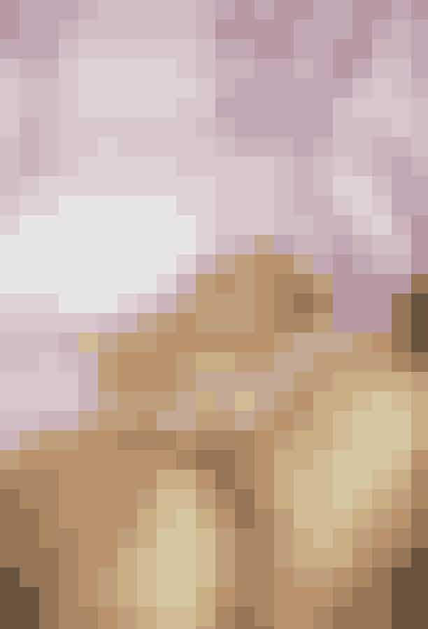 På 2. pladsen er Elizabeth Taylors forlovelsesringPå andenpladsen er den ikoniske Elizabeth Taylors forlovelsesring, som blev givet til hende af skuespilleren Richard Burton. Ringen blev konstrueret ved hjælp af Krupp-diamanten (dengang kendt som Elizabeth Taylor-diamanten) og kostede 6,7 millioner pund svarende til omkring 55 millioner danske kroner. På trods af skilsmissen mellem de to beholdte Elizabeth sin forlovelsesring, indtil hun døde i 2011.