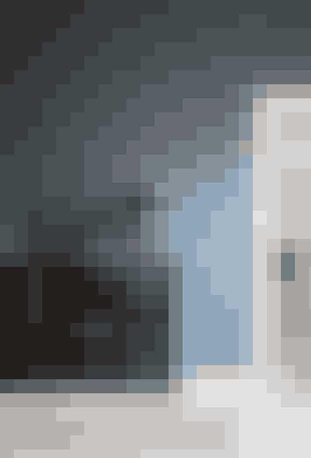 Kaja Møllers favoritmøbel er en kinesisk vintage-Doctor's Chest, som hun har fundet i antikvitetsforretningen Green Square Copenhagen. På kommoden står en dansk designerlampe fra Mater og vaser fra Georg Jensen. Gulvet er af Douglas-planker fra Dinesen,og tæppet er fra Massimo.