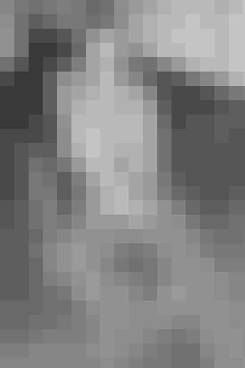Stine GoyaDen danske darling Stine Goya har ettydeligtdesign dna og et univers der ikke er til at tage fejl af, med legesyge kollektioner, finurlige prints og en genkendelig farveskala. Hun har 10 år bag sig, og formår stadig at udvikle og forfine sin stil.Goyas kunstneriske udtryk, har fået et sofistikeret tvist, hvilket sikre at hun med hendes kollektioner ikke kun rammer kreative kvinder, men også forretningskvinden.I Stine Goyas kollektioner finder man alt fra skæve prints og den romantiske pailletkjole til det mere minimalistiske jakkesæt, altid tilsat Stine Goyas signatur i form af enquirkydetalje.Net-a-porter har også fået øjnene op for den danske stjerne, hvilket beviser at hendes design er nået til internationale højder.