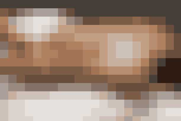 Dagna Signatur-behandling, 120 min., 1.500 kr. Dagna-spa.dkTestet af ELLEs journalist, Maria Frederikke Munch Thorgaard:Normalt er kælderlokalerne under en svømmehal ikke just attraktive, men der er én undtagelse - nemlig DagnaSpa & Wellness, der er en del af Flintholm svømmehal på Frederiksberg. Dagna Spa & Wellness, der åbnede i sommeren 2017, har indrettet et stort spa-område med dæmpet belysning, en behagelig lounge, wellness-café, to forskellige slags saunaer (hvoraf den ene kan byde på saunagus), et stort varmtvandsbassin, jacuzzi, damp- og mudderbad. Der er med andre ord noget for alle, og når du booker en behandling af en times varighed eller mere, har du også fri adgang til spa'ens faciliteter - du kan også sagtens købe dig til adgang til spa'en uden at booke en behandling – men det ville være en skam! Jeg testede Dagna Signatur-behandling, der er intet mindre end to timers forkælelse. Først bliver dine fødder pakket ind i varme håndklæder og masseret. Næste step er en helkropseksfoliering med silkehandske – vel og mærke den mest grundige og skønneste kropseksfoliering denne testperson har oplevet! Efter eksfolieringen, der både stimulerer kredsløbet og sætter gang i stofskiftet, bliver hele kroppen smurt ind i den lækreste ler, der er så blød, at det føles som en skøn kropscreme. Leret virker bl.a. udrensende med sit indhold af ayurvediske urter og æteriske olier, og for at få den til at virke optimalt, får du et varme-damptelt henover kroppen – faktisk trænger leret fem gange dybere ind i huden pga. damp og varme (og det er VIRKELIG varmt i det telt, skulle vi hilse at sige). Heldigvis får du en kølende ansigtsmaske efterfulgt af ansigtsmassage, mens ler og varme virker, og efter et brusebad sluttes behandlingen af med en hel times kropsmassage. Yes, én hel time! Kort sagt, er Dagna Signatur-behandling en så skøn behandling, der både varmer kroppen igennem, blødgør huden og renser effektivt ud, og vi kommer gerne igen!  Få mere information om behandlingen