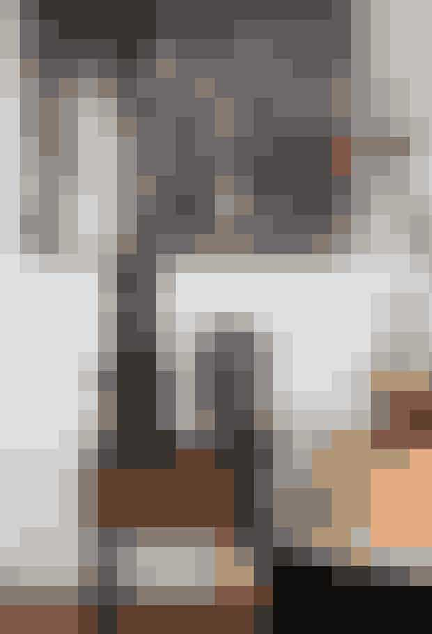 Skulpturelle former og vintagefund, der ældes smukt med tiden, er med til at definere stilen hjemme hos Lotte Barnholdt Mahony. Under det ekspressive værk af kunstneren Els Cools står et lille vintagebord med en smuk glaslampe fra Fil de Fer. Skålen og den turkise vase er vintage. Stolen, der har fået ny, smuk polstring med tekstil fra Svenskt Tenn, har selskab af en pude fra Missoni.