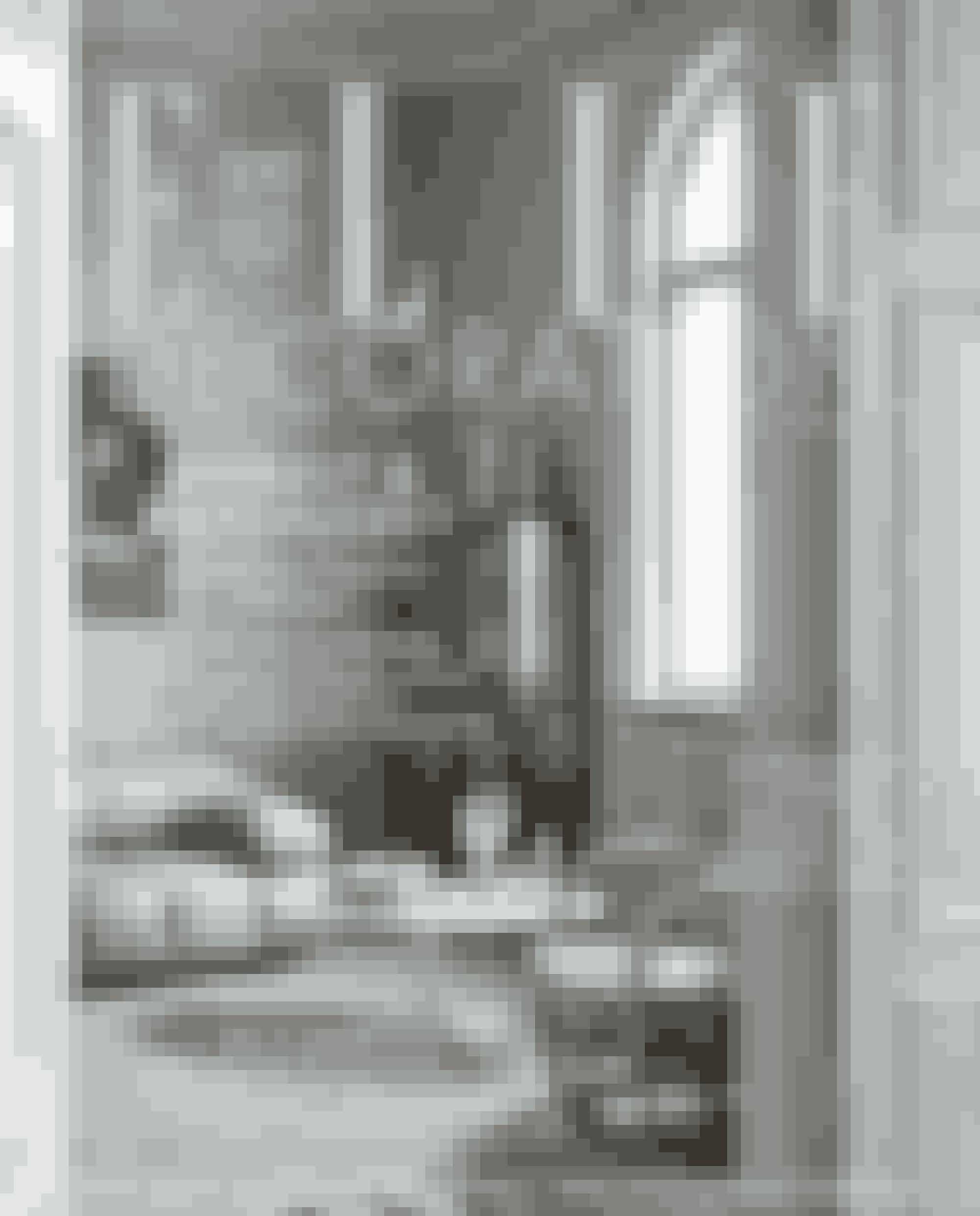 ELLE Decoration er denne måned fyldt med forårsfrisk inspiration til din bolig. Kom med indenfor hos tæppedesigner Bettina Gedda fra Knothouse og hos kreativ entreprenør Marie Worsaae, hvis charmerede lejlighed har udsigt til Amalienborg, og mød designer Christina Meyer Bengtsson i hendes nyrenoverede køkken på Frederiksberg.