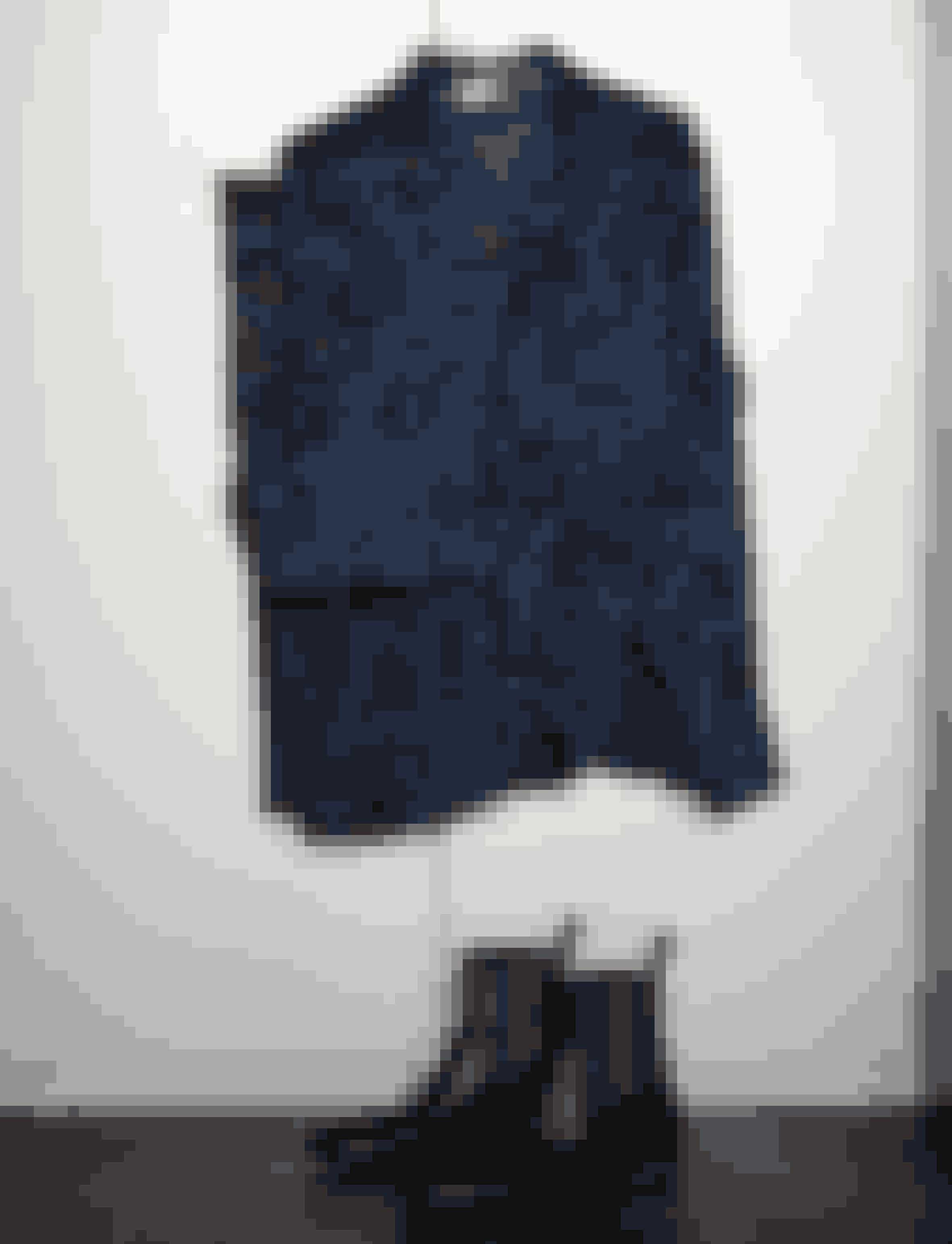 Susanne øver sig i ikke kun at gå i sort, og derfor købte hun det mørkeblå silkesæt fra Kenzo. Chelsea-boots i forskellige variationer har fulgt Susanne hele livet – disse er fra Gucci.