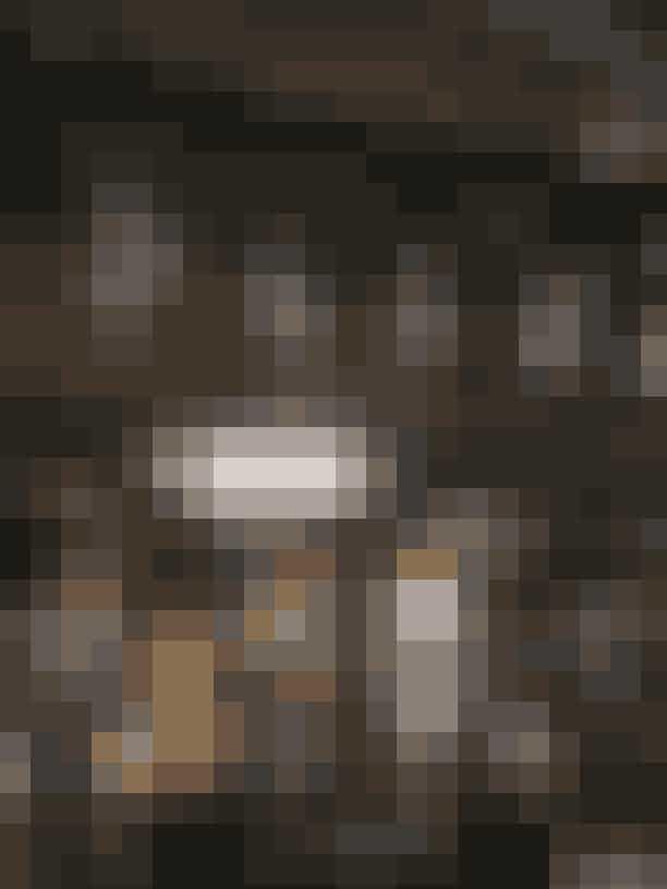 """Det mest eventyrlige show: Erdem""""Erdem tryllede os tilbage til en svunden tid, hvor pailletter, fjer og lange handsker var måden at dresse up på. Settingen var lavet som en dekadent cocktailbar, der lagde op til en fantastisk aften. Heldigvis kan vi allerede få en forsmag på Erdems fortryllende univers, når hans samarbejde med H&M lander i butikkerne den 2. november 2017."""""""