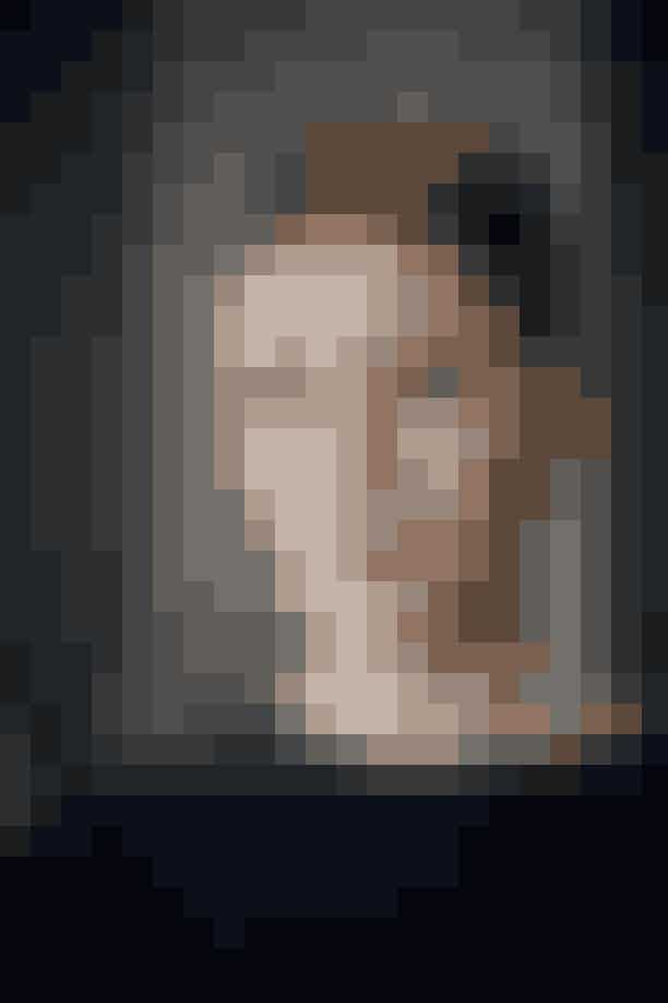 Chefredaktør, Cecilie Ingdal:Genskab Cecilies looket med Face & Body Glitter fra NYX Professional Makeup. Som navnet indikerer, kan den bruges både i ansigtet og på kroppen. Cecilie har fået et glitrende sølvbelagt øjenlåg ved først at duppe et tyndt lagt glitterprimer på, hvorefter glitteren er blevet påført med en pensel—så er det nemlig lettere at styre.