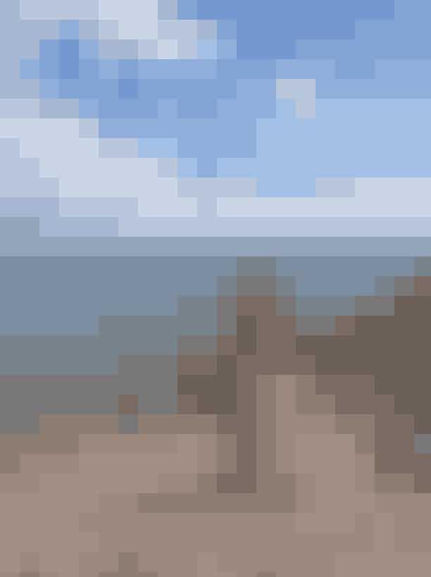 Espergærde Strand Sandstranden i Espergærde ligger lige syd for havnen, og er en idyllisk strand med smukt klart vand,livredderposter og et areal med gode muligheder for at holde picnics. Nær stranden findes der både hyggelige borde, bænke og en lille bålplads, som byder strandens gæster velkomne til lange aftener ved vandet med grillmad, kold hvidvin og flotte solnedgange.